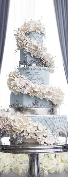 Blue round layers wedding cake with floral garland