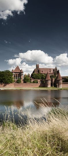 Malbork castle, medieval miracle in Poland Malbork Castle, Sri Lanka, Travel Photos, Poland, Medieval, Mansions, House Styles, Fotografia, Travel Pictures