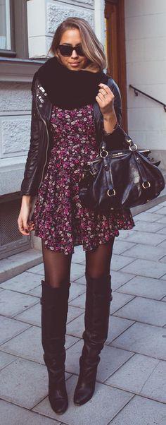 jaqueta preta + vestido florido + cachecol grande + meia fina escura + bosta OTK