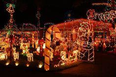 """kerstverlichting-op-zn-amerikaans. """"Wat heb je eigenlijk nodig voor zo'n kerstmiskermis op je huis? Minimaal 20.000 ledjes natuurlijk, maar wat nog meer?"""