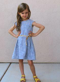 Betaal je liefst via overschrijving? Stuur even een mailtje naar straightgrainblog@gmail.com Het Tinny patroon werd oorspronkelijk gelanceerd in 2013, als een retro jurkje met verschillende rok-…