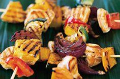 Allumez le barbecue et cuisinez ces brochettes de légumes et de poulet à la mode des Caraïbes! L'ananas leur donne un soupçon de goût sucré, et notre délicieuse sauce barbecue leur ajoute un élément salé.