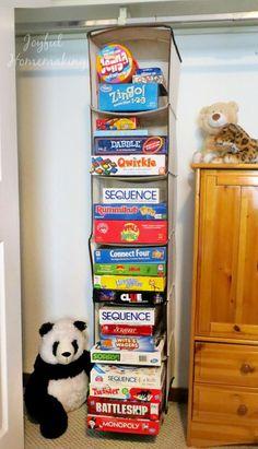 Empilez les boîtes de jeux dans un rangement suspendu