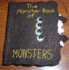 Monster Book of Monsters needlebook - NEEDLEWORK - I made one similar to this for a swap and I liked it so much I had to make one for myself. It is the Monster Book of Monsters from Harry Potter. Harry Potter Film, Harry Potter Theme, Harry Potter World, Diy Quiet Books, Felt Books, Harry Potter Classroom, Hogwarts, Monster Book Of Monsters, Nerd Crafts