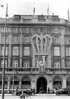 Gevelversiering Maison de Bonneterie aan de Rokinzijde, 6 september 1948. Op 4 september 1948 deed koningin Wilhelmina afstand van de troon. Op 6 september volgde de inhuldiging van haar dochter prinses Juliana