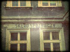 """fot.Małgorzata Walczak: """"Zdjęcie zrobione podczas noworocznego spaceru, 9 rano, ulica Fabryczna i zachowany napis na starej kamienicy."""""""