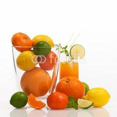 Foto: Verschiedene erfrischende Zitrusfrüchte vor weißem Hintergrund, Vielfalt, gesunde Ernährung, Vitaminbombe, Fruchtsaft, Saftbar, plakativ, Textfreiraum, Fitnessdrink