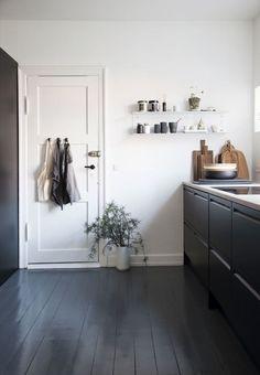 black floor sleek black and white kitchen with pai - flooring Black Floorboards, Painted Floorboards, White Painted Floors, Painted Hardwood Floors, Plywood Floors, Plywood Furniture, Furniture Design, Deco Design, Küchen Design