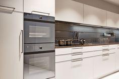 KH Küche: Seidenmatt lackiert Verkehrsweiss / KH kitchen: Silky matt lacquered traffic white