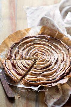 La Torta di Mele e pasta sfoglia è un dolce strepitoso: incredibilmente facile, veloce e goloso! Si prepara con soli 3 ingredienti: mele, pasta sfoglia e zucchero! Senza impastare, senza montare e sen
