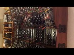 Synthesizer Live Performance [YouTube Pick des Tages] - http://www.delamar.de/fun/synthesizer-live-performance-29368/?utm_source=Pinterest&utm_medium=post-id%2B29368&utm_campaign=autopost