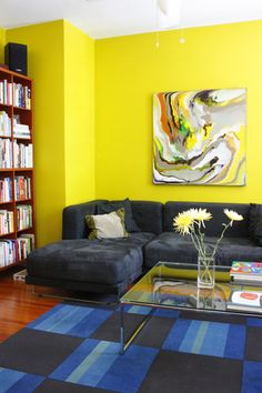 love the bright yellowish-green with navy blue. wouldn't work in my current place but... future inspiration