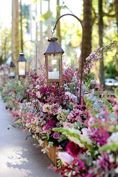 ideas for flowers wedding ceremony altars lanterns Aisle Flowers, Wedding Flowers, Deco Restaurant, Rustic Chic Decor, Dream Wedding, Wedding Day, Deco Floral, Light Crafts, Simple Weddings