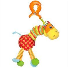 Un tovaras bun de joaca pentru cel mic este girafa Bataita. Vibreaza si scoate sunete interesante, iar copilul tau sigur va fi incantat sa o aiba prin preajma.