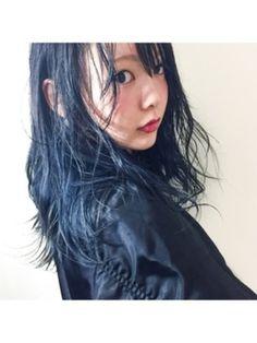パッと見は黒に近いけど、  光が当たるとキレイな青に発色する…...|MERY [メリー]