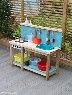 How to DIY a sensory play 'outdoor kitchen' from pallet wood Outdoor Play Kitchen, Diy Mud Kitchen, Mud Kitchen For Kids, Outdoor Play Areas, Backyard Playground, Backyard For Kids, Kids Play Yard, Pallet Kids, Wood Pallets
