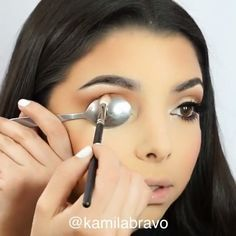 cut crease using a teaspoon! ♠️ More - Emily Gille Soft cut crease using a teaspoon! ♠️ More - - Emily Gille -Soft cut crease using a teaspoon! Top Eyeliner, How To Apply Eyeliner, Pencil Eyeliner, Eyeliner Brands, Black Eyeliner, Eyeliner Brush, Eye Makeup Tips, Makeup Videos, Makeup Tricks