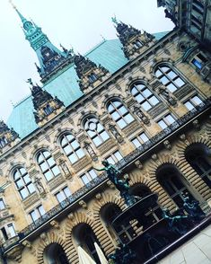 🇩🇪❤️#hamburg #viagemjovem #deutschland #alemanha #rathaus Louvre, Building, Travel, Road Maps, Germany, Destinations, Hamburg, Viajes, Buildings