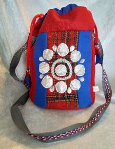 Veske med samisk inspirert dekor. Fashion Backpack, Messenger Bag, Satchel, Arts And Crafts, Backpacks, Bags, Handbags, Satchel Bag, Gift Crafts