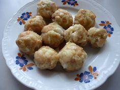 Rohlík z předešlého dne nakrájíme na kostičky. Brambor oškrábeme a rozmixujeme nebo nastrouháme na kaši. Obojí dáme do mísy a spojíme. Potom stlačením v dlani utvoříme malé knedlíčky, které vaříme v osolené vodě asi 5 minut. Knedlíků je 8 - 10 kusů a jsou to 2 porce. Cauliflower, Vegetables, Food, Cauliflowers, Meal, Eten, Vegetable Recipes, Meals, Veggies