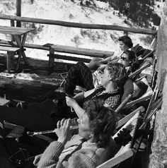 MERIBEL - SEANCE DE BRONZAGE A LA TERRASSE DU TELEBAR - retirage photo Machatschek (1955)