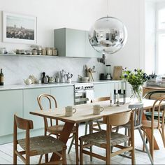 Small kitchen design planning is important since the kitchen can be the main focal point in most homes. We share collection of small kitchen design ideas Eat In Kitchen, Kitchen Dining, Kitchen Decor, Kitchen Ideas, Kitchen Modern, Kitchen Chairs, Room Kitchen, Dutch Kitchen, Timber Kitchen