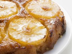 Wondering how to make pineapple upside down cake? Here's an easy recipe prepared with pineapple: a classic dessert back from the and still very iconic. Mango Desserts, Just Desserts, Vegan Desserts, Round Cake Pans, Round Cakes, Fruit Scones, Ragu Recipe, Easy Banana Bread, Pineapple Upside Down Cake