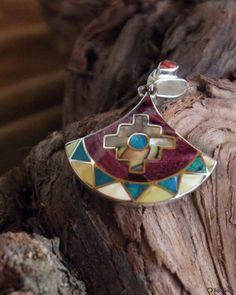 Amulett mit Andenkreuz und der Form eines Tumimessers der Inkas  aus Silber mit Halbedelstein- und Muschelinlays besetzt.