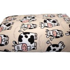 Heel mooi dekentje voor op de bank, met koeienprint. Formaat: 135 x 175 cm.Voering van fleece en een voeteninstopstrook.