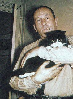 Albert Camus et son chat en novembre 1945, à l'époque de la création de la pièce «Caligula».