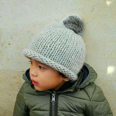Gorro de lana gris con pompón de pelo natural para niños de 1 a 3 años