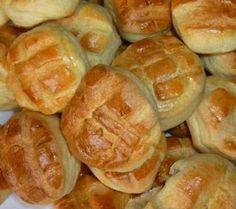 Egyszerű krumplis pogácsa ❤ 2 tepsihez, kb. 30-40 db, 3 cm-es kiszúróval ❤ Hozzávalók: 25 dkg főtt-áttört-kihült krumpli, 25 dkg hideg vaj, 25 dkg finomliszt, 2 tk só. Tulajdonképpen: amennyi a főtt krumpli súlya, annyi liszt és vaj kell hozzá, sok sóval. A tésztát feltétlen egy éjszakát pihentetni kell! Hungarian Recipes, Hungarian Food, Pretzel Bites, Hot Dog Buns, Starters, Scones, Entrees, Main Dishes, Sausage