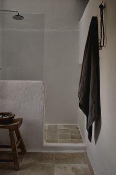 Rustic bathroom design, concrete bathroom built-in sink, stone tiles on bathroom floor, country bathroom, home in Ibiza Small Rustic Bathrooms, Rustic Bathroom Designs, Bathroom Interior Design, Diy Interior, Ibiza, Bedroom Minimalist, Rustic Wallpaper, Rustic Backdrop, Rustic Curtains