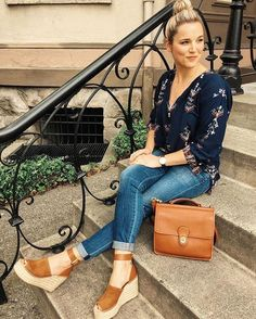 Brown Wedges Outfit, Wedge Sandals Outfit, Espadrilles Outfit, Wedge Shoes Outfits, Spring Summer Fashion, Spring Outfits, Jeans And Wedges, Summer Wedges, Ladies Dress Design