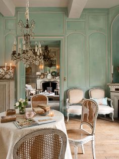comedor-estilo-parisino-con-lampara-techo-araña-y-sillas 00352384