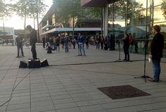 """Soirée inaugurale de l'exposition, le vendredi 14 juin 2013. 21h45 : le """"Parcours tout court"""" se poursuit sur le parvis des Champs Libres, avec la seconde partie de """"Howl""""."""