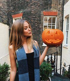 """""""It's Halloween!!! E a @kaplanlondon já entrou no clima. Hoje, depois da aula, eu fiz a minha Pumpkin!! Estou muito apegada por ela, já tô até chamando de…"""""""