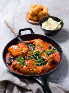 Konijn in tomatensaus met olijven en venkel | Spar Colruyt Group Les Croquettes, Sauce Tomate, Curry, Ethnic Recipes, Food, Tomato Paste, Fennel, Tomatoes, Cooking Recipes