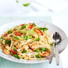 Pad thai Garnalen, Jamie Oliver - Roerbak de chilipeper, knoflook, gember en de helft van de lente-uitjes in de olie in een wok op hoog vuur tot ze zacht worden.