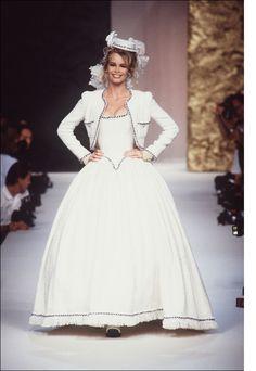 Claudia Schiffer au défilé Chanel haute couture automne-hiver 1991-1992 http://www.vogue.fr/thevoguelist/claudia-schiffer/62