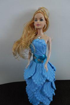Boneca estilo Barbie com vestido todo de e.v.a.  Linda para decorar o quarto de sua filha ou dar de presente para alguem em especial    Confeccionamos em todas as cores.