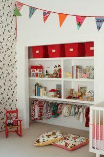 Rose & Milk  {Idée chambre d'enfants}  On adore cette jolie étagère remplie de jolies objets, avec mini dressing intégré... pour exposer les plus belles tenues des petits chous !