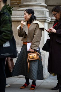The Street Style Crowd Was All About Tonal-Blocking on Day 5 of London Fashion Week - Fashionista Trendy Outfits, Fall Outfits, Spring Fashion, Winter Fashion, Clothing Blogs, Street Style Looks, London Fashion, Crowd, Fashion Photography