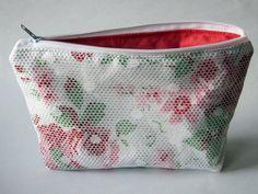 Schminktäschchen - Weiße Kosmetiktasche mit Blumenmuster - ein Designerstück von Norsthings bei DaWanda