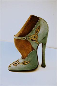 vintagemarlene:  vintage fetish heel (sombreboite.blogspot.com)