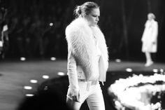 Anna Ewers au défilé Roberto Cavalli automne-hiver 2014-2015 http://www.vogue.fr/mode/inspirations/diaporama/fashion-week-milan-fw2014-les-coulisses-de-la-fashion-week-de-milan-automne-hiver-2014-2015-jour-4/17673/image/961506#!anna-ewers-au-defile-roberto-cavalli-automne-hiver-2014-2015