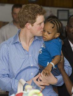 Pin for Later: Prinz Harry hat sich ganz schön gemausert  Harry zeigte, dass er ein Prinz der Herzen ist, bei einem Besuch in einem Krankenhaus auf Barbados.