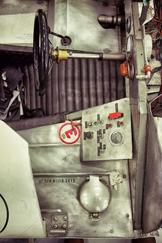 JPVR           PHOTOGRAPHY: classic car inside