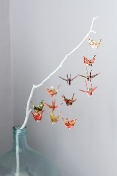 Paper cranes on branch--very cute! Could do this in lots of different styles using different origami shapes! Online instructions are great for origami beginners! Personally I love origami apps :D Diy Origami, Useful Origami, Origami Paper, Origami Cranes, Oragami, Origami Birds, Origami Mobile, Origami Tree, Simple Origami