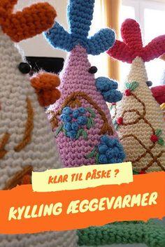 Kylling Æggevarmer | GRATIS DANSK hækleopskrift Her er der da Påske for fuld musik og en lækker gave eller pynt til dig selv. En hæklet æggevarmer og en opskrift, der er let at gå til. Kun fantasien sætter grænser for hvordan DIN hæklede æggevarmer skal se ud. Easter Crochet, Crochet Accessories, Hens, Crochet Necklace, Pokemon, Crochet Hats, Christmas Ornaments, Knitting, Holiday Decor